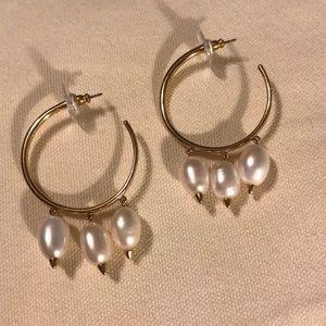 Beautiful Stella & Dot gold pearl hoop earrings